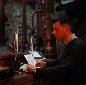 Hervé Seznec dans la distillerie